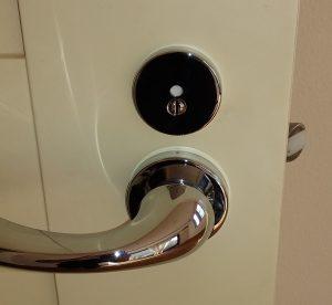 扉についたKAWAJUNのハンドルとシリンダー