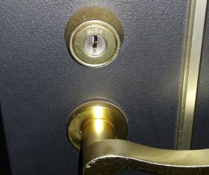 東京都足立区皿沼のマンションの玄関ドア鍵